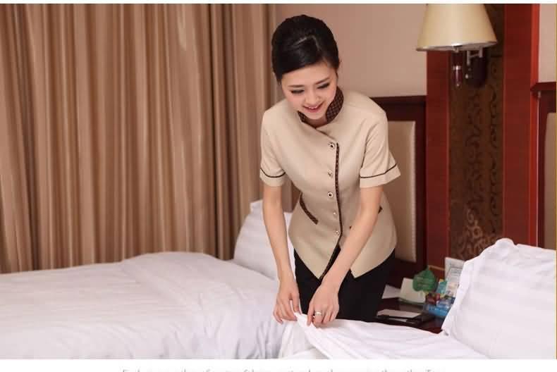 服务员铺床图片