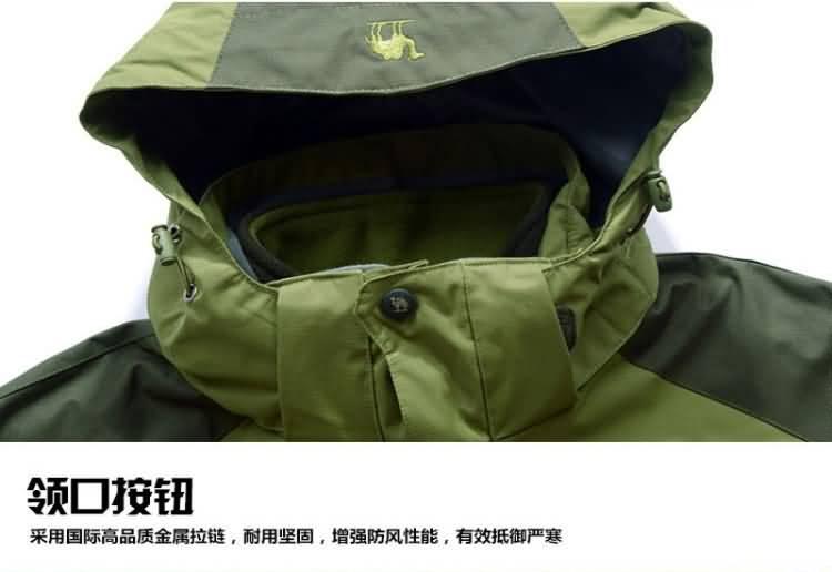 果绿色冲锋衣防风帽纽扣细节图片