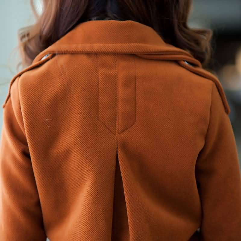 双排扣土黄色毛呢大衣背面图片