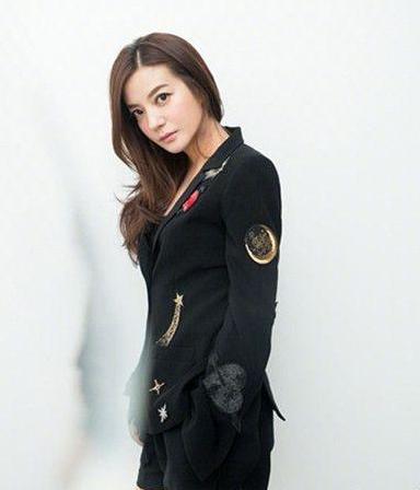 穿黑色西装的赵薇