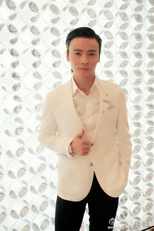 穿白西装的张晋