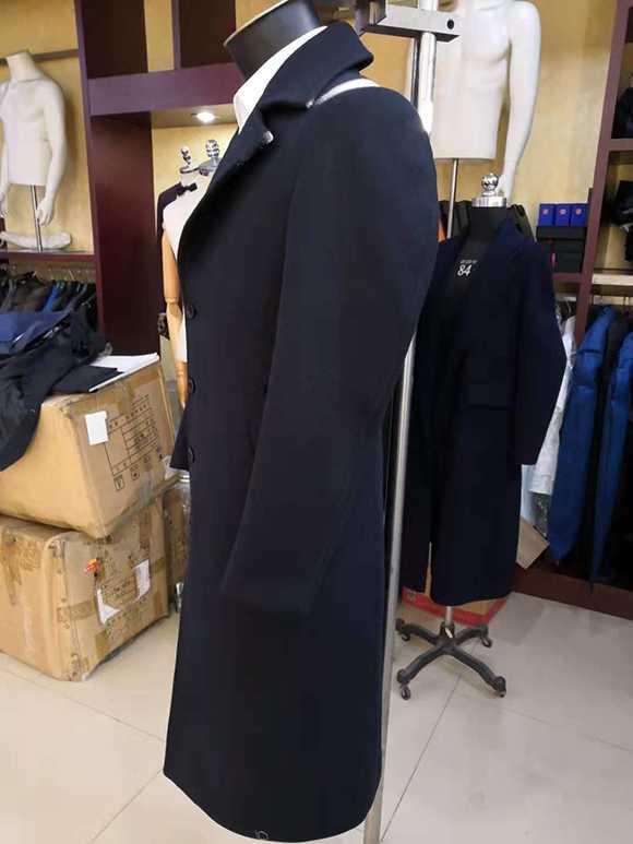 男士商务大衣侧面照片